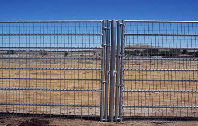 Welded wire horse panels are co<em></em>nnected with triple steel tubes